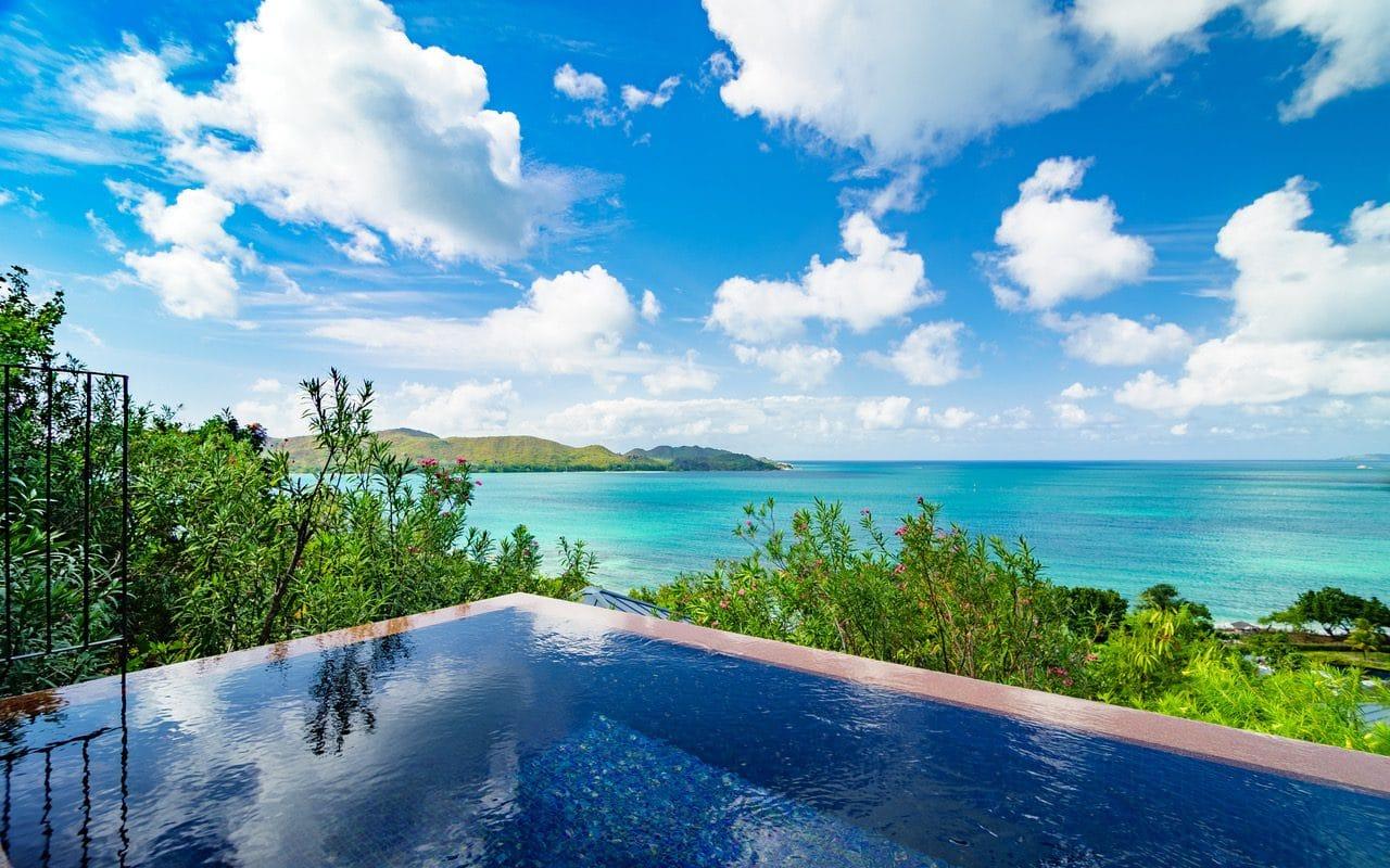 Das Villenresort Raffles Seychelles auf der Insel Praslin hat bereits viele nachhaltige Projekte, um den ökologischen Fußabdruck immer kleiner und den Tourismus noch grüner werden zu lassen. Neben einer hoteleigenen Wasserabfüllstation, konsequenter Plastikreduktion und beispielsweise der Verwendung von biologisch abbaubaren Golfbällen startet das Villenresort nun eine Initiative unter Wasser – mit einem ausgeklügelten Korallenrettungsprogramm.