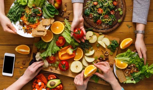Der Schritt ins vegane Leben wird uns heute dank zahlreicher Rezepte erleichtert. (©Shutterstock)
