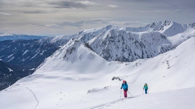 Skitouren, der perfekte Corona Sport: Beim Skitourengehen können und sollten Abstände eingehalten werden. (©Martin Edlinger)