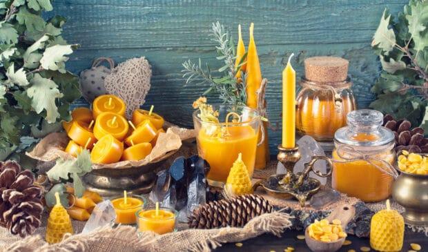 Kerzen aus Bienenwachs sind eine besonders hochwertig und nachhaltig Option. (©Shutterstock)